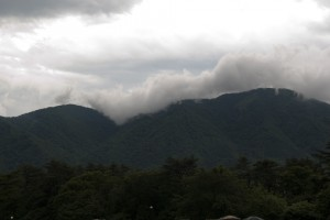 山頂に覆いかぶさる雲