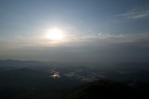 雲から顔を出した太陽