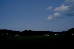 流れる光と雲(ほとんど夜)