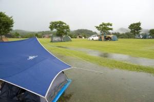 水たまりに浮かぶテント群